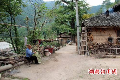 图为老人正在安静的编制竹筐,不为外来人所动。