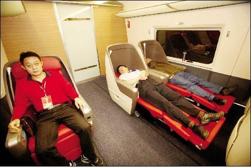 """昨日上午,5座的""""VIP观光区""""内,座椅能调整到坐姿、半躺、平躺。本报记者 田振龙 摄"""