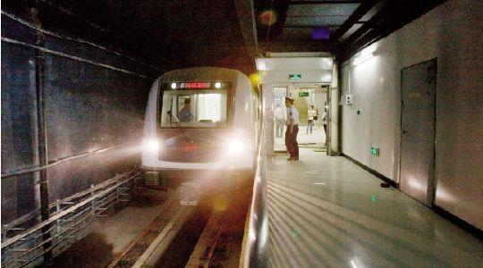 昨日,地铁2号线列车停靠螃蟹岬站。本版图片实习记者 刘源 摄