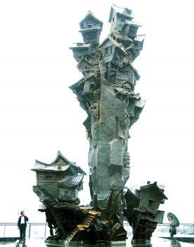 吊角楼雕塑。 记者刘嵩摄
