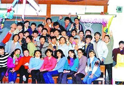左图为大学时代的张峥,右图为大学同班同学合影(最上排左四为张峥)。陈蓉女士提供