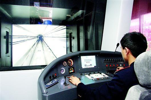 探访武汉铁路司机学校 列车距停靠点0.33米