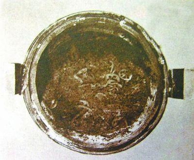 长沙马王堆出土的云纹漆鼎内藕片清晰可辨。
