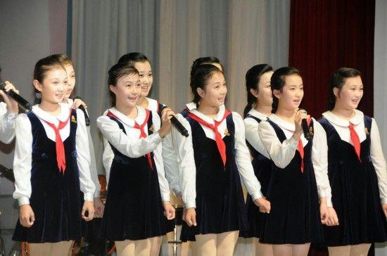 在朝鲜平壤市万景台区,金星学院的学生在演唱朝鲜歌曲《学习吧》。