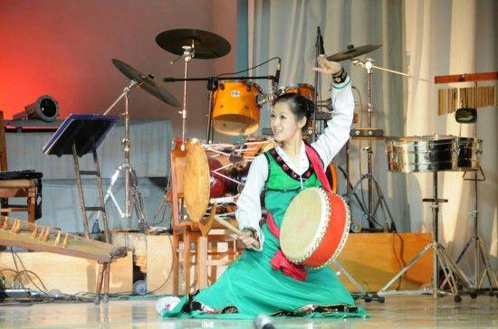 在朝鲜平壤市万景台区,金星学院学生身着传统服装进行表演。