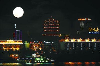 昨晚中秋夜,一轮明月下的武汉长江、汉江两岸彩灯辉煌,江城璀璨之夜美不胜收。 记者周国强 摄