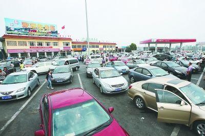 昨天,高峰时段,汉宜高速潜江服务区停满了汽车,在交警和路政工作人员的引导下,车辆进出有序。记者蔡晓智 摄