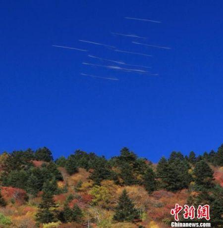10月1日上午,神农架旅游区现疑似不明飞行物飞行留下的轨迹,碰巧被一位摄影爱好者拍到。 罗永斌 摄
