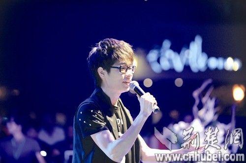 中国好声音湖北选手李行亮家乡献唱 身价已达5万