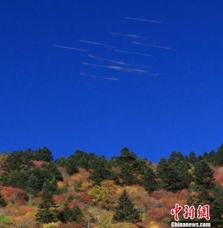 10月1日上午,神农架旅游区现疑似不明飞行物飞行留下的轨迹,碰巧被一位摄影爱好者拍到。罗永斌 摄