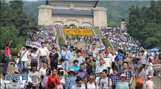 游客在中山陵景区参观游览。