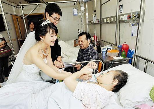 图为:蔡媛和小黄给母亲父亲敬茶 记者叶茂林摄