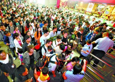 昨日,中秋国庆长假接近尾声,返校的学生流持续走高,在武昌火车站,返程客流人如潮涌。记者陈卓 摄