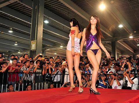 广州性文化节受追捧 充气娃娃火过真人秀