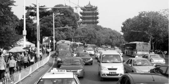 10月8日,黄鹤楼景区节日期间行车拥堵不堪,很大程度上因为周边设置的停车位不够。本报记者 赵端 摄