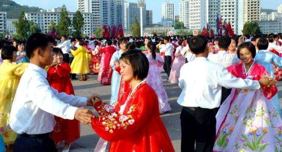 朝鲜青年学生在广场上参加舞会。