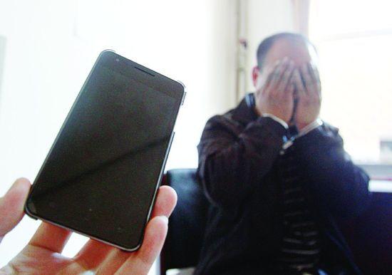 犯罪嫌疑人在接受警方讯问时羞愧不已。手机中有犯罪嫌疑人与受害者的聊天记录。