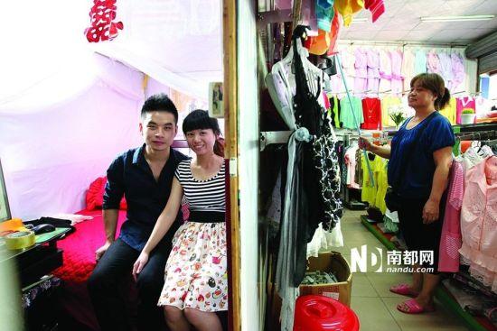 小张在父母租来的小店里举行了婚礼