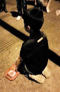 图文:父母罚孩子当街跪搓衣板