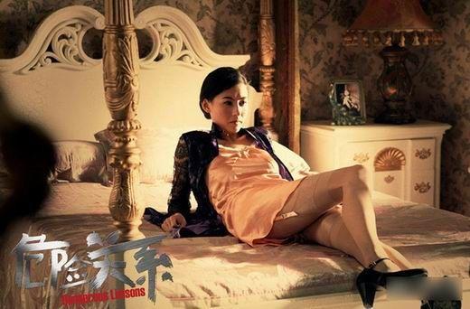 此张柏芝在床上轻抬玉腿的照片,被网友认为是裸照的前奏。