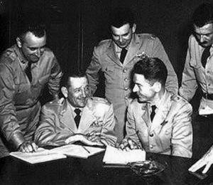 爱德华·鲁伯特(后中)在1952年的五角大楼UFO新闻研讨会上,鲁伯特37岁时神秘死于心脏病