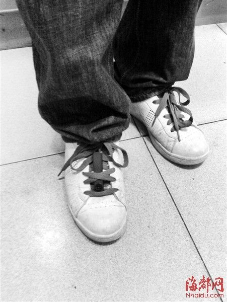 右脚鞋带上绑着U盘大小的﹃偷拍神器﹄微型摄像机(感谢微博网友提供图片)