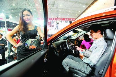 看这车的人只顾看车,而安琪却要时刻保持微笑面对镜头。