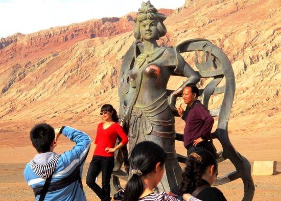 """世界各地惨遭""""咸猪手""""的著名雕塑"""