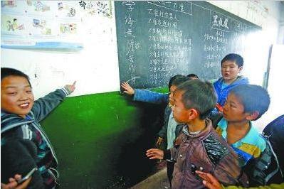 图为同学们说汪老师在黑板旁揪住鑫鑫的脸向墙壁猛撞
