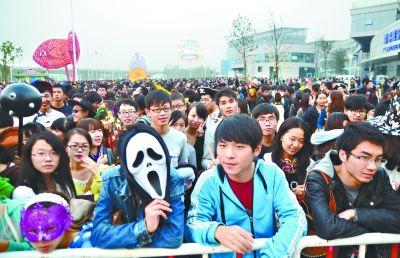 27日,欢乐谷游客排队入场。 通讯员张慧 摄
