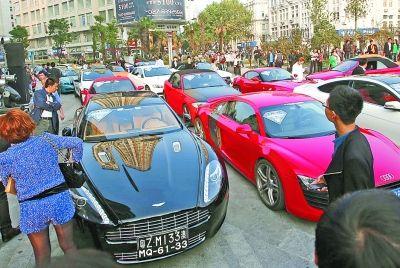 顶级跑车聚集吸引不少市民目光。