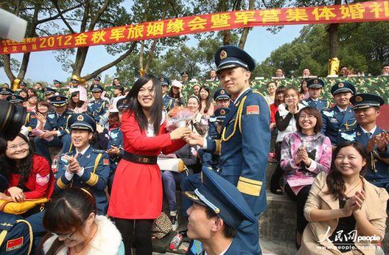 汉150名军官集体相亲 齐跳江南Style 组图图片