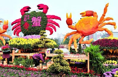 江夏区的扎景《菊黄,蟹肥,人和》将当地特产作为菊展的主角。
