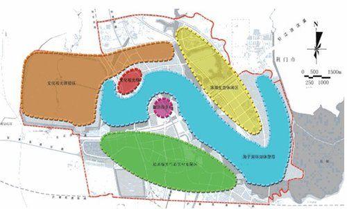 進出海子湖的路,多年來都不是很好走,但這只是暫時的。記者昨從海子湖新區管委會獲悉,名為楚都大道的通道將于今年11月開建。楚都大道全長7.1公里,分兩期建設,第一期建3公里,預計明年建成,隨后進行第二期道路建設。今年9月22日,省政府批準《海子湖生態文化旅游新區總體規劃》。規劃區域為南至滬蓉高速鐵路,北至318國道改道新線,東至橋河與荊門相鄰,西至老207國道及紀南城遺址西側,總面積115.