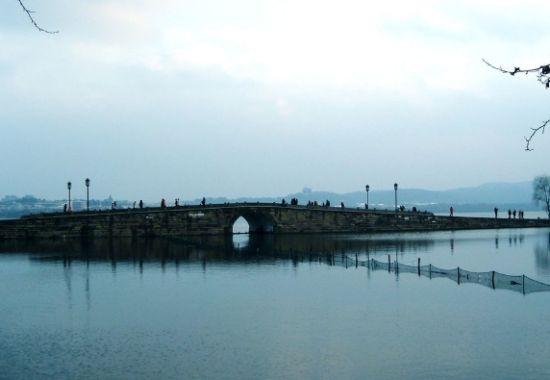 """从杭州西湖的""""断桥""""上相遇开始"""