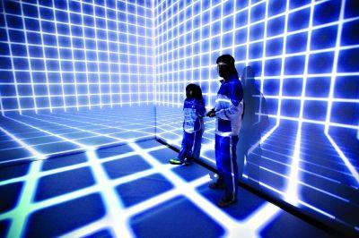 光博会上,两名学生被幻影时空吸引 记者贾代腾飞 摄
