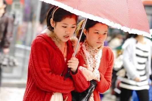 """图为:街头少女""""美丽冻人"""" (记者刘大家摄)"""
