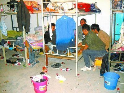 民工们正在地下室的床铺上打扑克。记者汤华明 摄