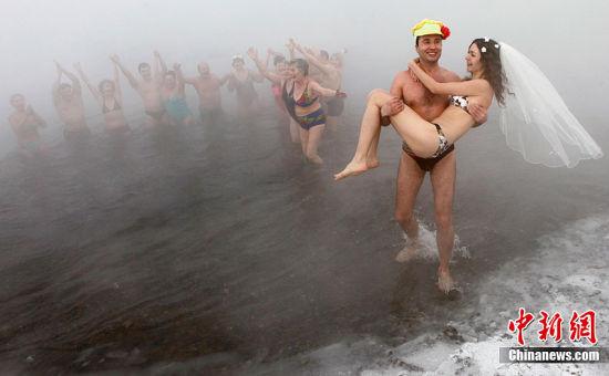 将浪漫裸婚玩到极致 零下30度严寒中的冬泳婚礼