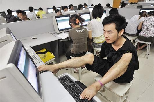 计算机课上,曹会琛熟练地操作键盘