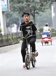 一辆改装的单车是曹会琛的出行工具