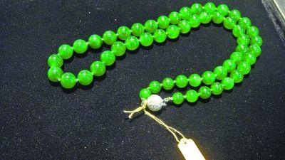 价值3000万元的绿翡翠珠链。