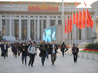 记者穿过天安门广场