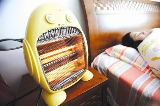 楚天都市报讯 图为:家中最日常的取暖设备还是电暖器