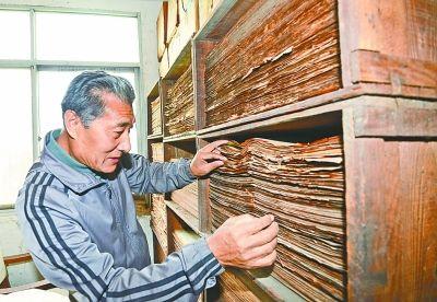 邹金宁和他收藏的报刊。记者金振强 摄