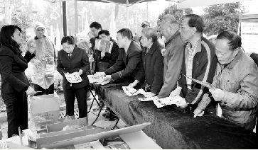 昨日上午,市民排队等待购买纪念邮票。本报记者 孙辰 摄