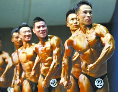 全国健身大赛在汉举行。图为参加2012年中国健身公开赛系列赛总决赛的健美先生在昨日的比赛中 记者 李葳 摄