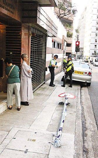 肇事女尼及身边的女乘客(左)并无受伤。图片来源:香港文汇报