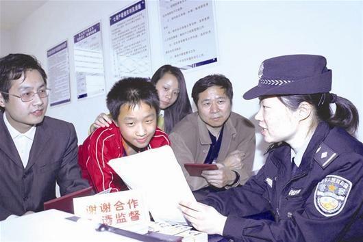 图为:民警为居民办理二代身份证 记者张凡 通讯员李毅摄