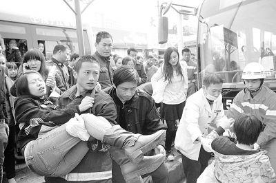 图为消防员们正在破拆车身救人